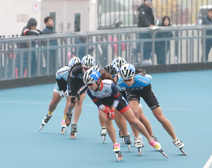 The Korean Roller Sports Federation announced on the 13th that the Incheon Seo-gu Office won a gold medal in the women's general section of the 37th Presidential Cup competition against national schools and business teams held at Daejeon World Cup Stadium on the 10th. Photo = Federation Roller Sports