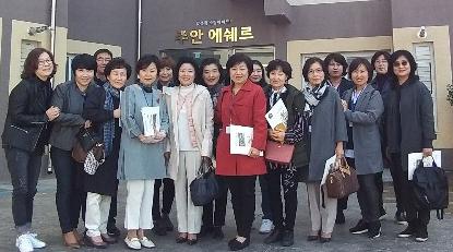 숙명여대 김숙응 교수(앞줄 왼쪽에서 5번째) 외 석사과정 15명이 인천 에쉐르카운티 방문을 마친 후 함께 사진촬영을 하고 있다.사진=에쉐르